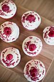 Red Velvet Cupcakes mit Himbeeren