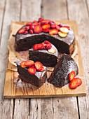 Schokoladenkuchen mit Erdbeeren und Puderzucker