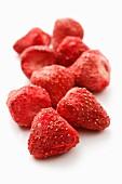 Mehrere gefriergetrocknete Erdbeeren