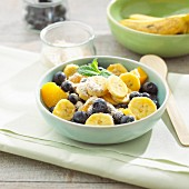 Summer muesli with silk bananas and blueberries