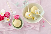 Cake pops decorated with summer flowers