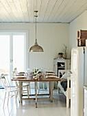 Gedeckter Tisch in einer weissen Küche