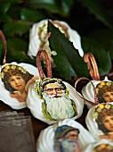 Weihnachtliche Baumanhänger aus Meringue mit nostalgischen Bildern verziert