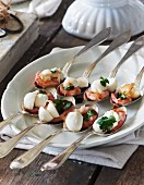 Mini mozzarella with shrimps and coriander
