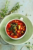 Sommerliche Gemüsesuppe mit Basilikumpesto