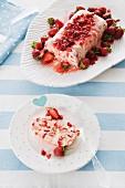 Eisdessert mit Erdbeeren und Baiser