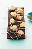 Rice noodle balls with a dip