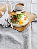 Bagel mit Räucherforelle und pochiertem Ei