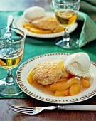 Pfirsichkompott mit Biscuit und Vanilleeis