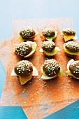 Süsse Mini-Burger mit Frischkäse und Obstscheiben