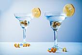 Martini mit Oliven und Zitrone