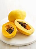 Papaya, ganz & halbiert