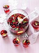 Apfelpunsch mit Himbeeren, Blaubeeren und Cranberries