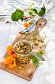 Falsche Kapern aus Samen der Kapuzinerkresse