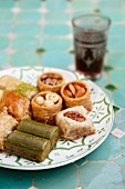 Verschiedene Baklava und türkische Nusstörtchen auf Keramikteller