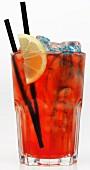 Ein Cocktail mit Eis vor weißem Hintergrund