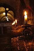 Weinfässer im Kerzenlicht