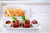 Beef Tatar mit Salsa, Kapern und Zwiebeln