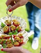 Tomaten mit Semmelbrösel-Kräuter-Füllung für eine Croquet-Gartenparty
