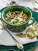 Pilzsuppe mit Parmesan und Sellerieblättern im Tempurateig