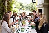 Freundinnen beim gemeinsamen Essen