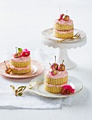 Mini vanilla cakes with rose cream