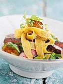 Rindfleischsalat mit frischen Bandnudeln und Chili