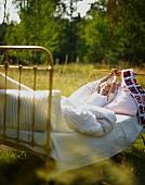 Kind erwacht im Bett auf der Wiese