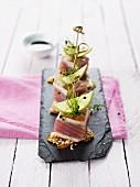 Thunfischwürfel auf Sesamkrokant