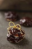 Schokoladen-Ingwer-Plätzchen mit Geschenkband