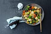 Wokgemüse mit Rosenkohl und Sesam