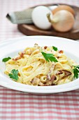 Tagliatelle alla carbonara (pasta with a bacon and egg sauce)