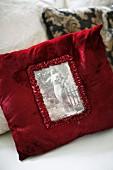 Rotes Samtkissen mit Vintage schwarz weiss Abbildung und Rüschenrand
