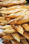 Gestapelte Baguettes auf südfranzösichem Markt