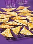Crispies aus Wantanblättern auf Abkühlgitter