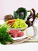 Lebensmittelstilleben mit Obst, Gemüse, Fisch & Fleisch