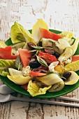 Sommersalat mit Gemüse und Wassermelone