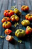 Tomaten auf Holzuntergrund