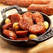 Chorizo und Champignons in schwarzer Eisenpfanne (Spanien)