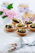 Spiced tartlets with chocolate cream and pistachio nuts