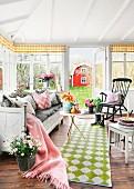 Idyllisches schwedisches Landhausambiente mit Gartenblick