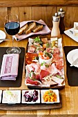 Vorspeisenplatte mit Wurst und Pickles im Restaurant