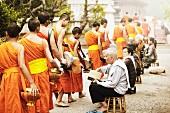 Mönche auf dem Weg zum Tempel (Asien)