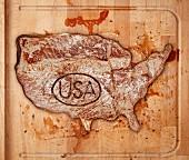 Rindersteak mit USA-Stempel auf Schneidebrett