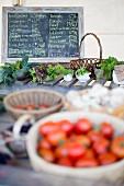 Frisches Gemüse und Kräuter auf dem Markt