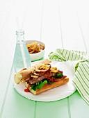 Baguettesandwich mit Rumpsteak, Zwiebeln und Tomatenrelish