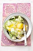 Zucchinistreifen auf Teller