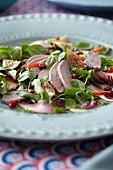Kräutersalat mit Fleisch und Früchten