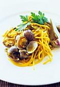 Spaghetti con vongole e carciofi (Nudeln mit Muscheln und Artischocken, Italien)