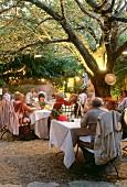 Restaurantgarten in Gordes, Südfrankreich